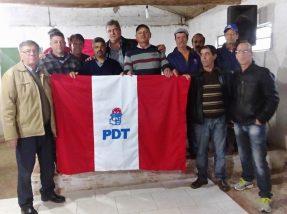 Membros do diretório do PDT junto aos pré-candidatos a prefeito e vice, Renato Machado (PP) e Igor Canto