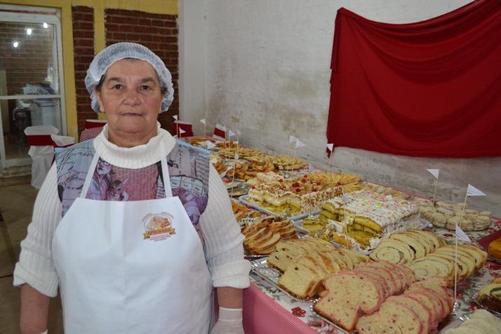 Donatida da Cruz, 65 anos, diz que está feliz em poder mostrar os produtos da reforma agrária