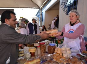 A feirante Ane Luciane está vendendo suas delícias