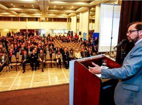 Folador em sua discursando durante o 36º Congresso dos Municípios do RS