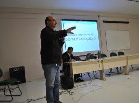 Prefeito Dudu durante a exposição na univerdade