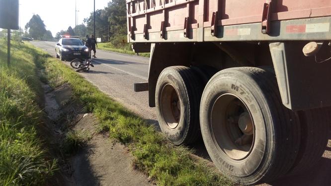 Segundo testemunhas, motociclista teria colidido nos eixos da carreta