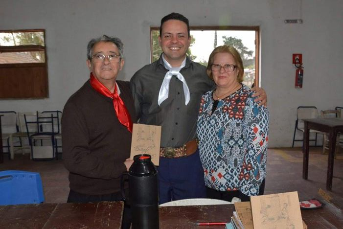 O poeta e escritor candiotense, Severino Rudes Moreira, e sua esposa Alice com Cássio (C) durante a sessão de autógrafos