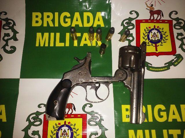 Revólver com cinco munições deflagradas e uma intacta foi apreendido pela polícia