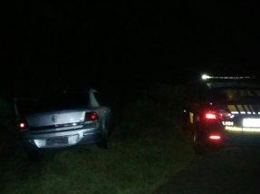 Suspeitos abandonaram o veículo às margens da rodovia e fugiram em direção ao mato