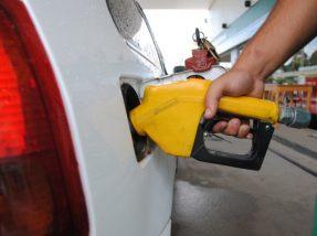 Se o repasse da diminuição no preço na refinaria for feito integralmente para o preço ao consumidor, as reduções serão de 1,4% na gasolina e 1,8% no diesel