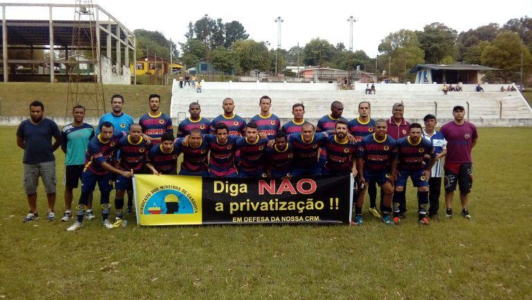 Jogadores da equipe candiotense entraram em campo com uma faixa contra a privatização da Companhia Riograndense de Mineração (CRM)