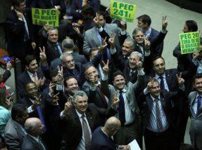 Deputados aliados de Michel Temer comemoram efusivamente