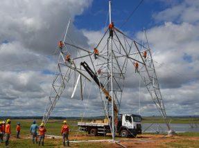As torres da linha de transmissão já começaram a ser montadas