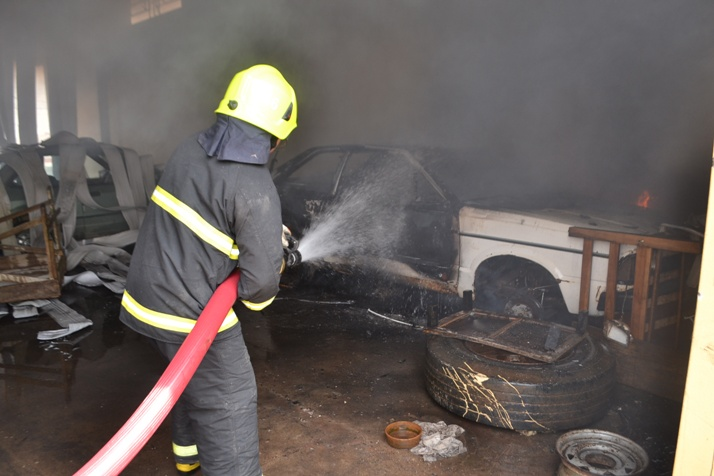 Bombeiro contou com ajuda de voluntários para combater as chamas