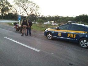 Suspeito trafegava de motocicleta pela rodovia
