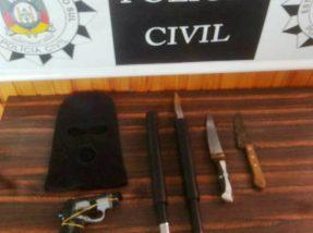 Simulacro de arma e touca ninja foram apreendidos pelos policiais