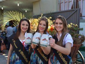 O público foi recepcionado pelo casal de mascotes, Hermann e Hanna, e pelas soberanas da festa, a rainha Miria Hellwig Baumbach e as princesas Solei Martin Menezes e Milena Zago