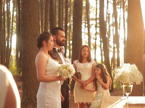 O casamento foi feito ao ar livre, num bosque próximo ao antigo Hotel