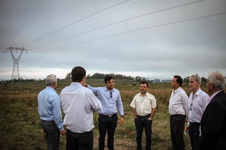 David Grose, acompanhado de Guilherme Batalha e o prefeito Zé Antônio, visitou a área onde será instalada a indústria