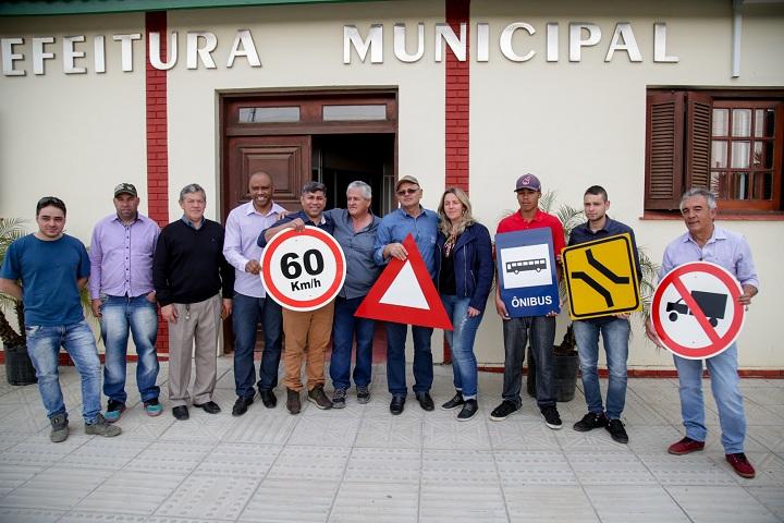 Prefeito Renato, Hessel e Esquerda com os beneficiários do projeto
