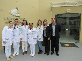 Equipe do hospital comemora inauguração do laboratório