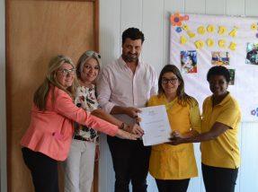Proprietária da Algodão Doce recebeu a documentação do prefeito Adriano dos Santos, secretária de Educação e Conselho de Educação do município