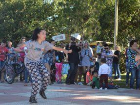 Professora de dança ministrou uma mini-aula de zumba ao ar livre