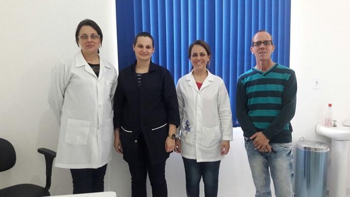 Médica Cristina Athayde (E) e parte da equipe junto ao secretário Volney