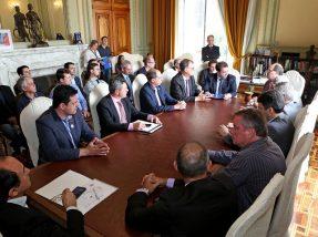 Governador José Ivo Sartori participou, na manhã desta segunda-feira (30), em seu Gabinete no Palácio Piratini, de reunião com representantes da Famurs