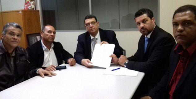 Prefeito Adriano, juntamente com os vereadores, entregou o documento na SSP