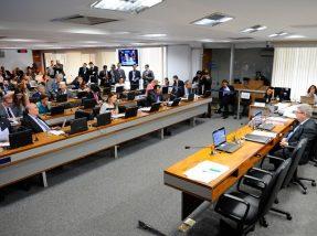 A CCJ aprovou com nove votos favoráveis e quatro contrários o projeto que permite a demissão dos servidores públicos por 'insuficiência de desempenho'