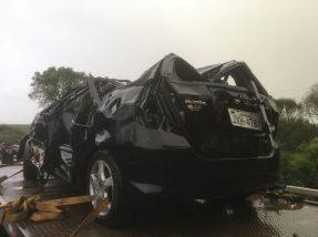 Carro retirado do arroio estava bastante danificado