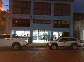 Dois homens fortemente armados atacaram o maior supermercado da cidade