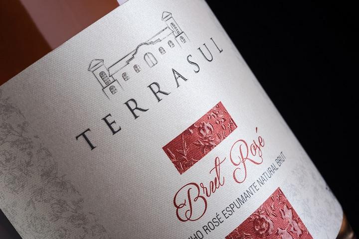 Rótulo do Brut Rosé, assim dos como outros lançamentos, recebeu a imagem do prédio da vinícola de Flores da Cunha