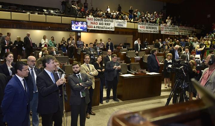 Galerias ficaram lotadas de manifestantes contrários a proposta