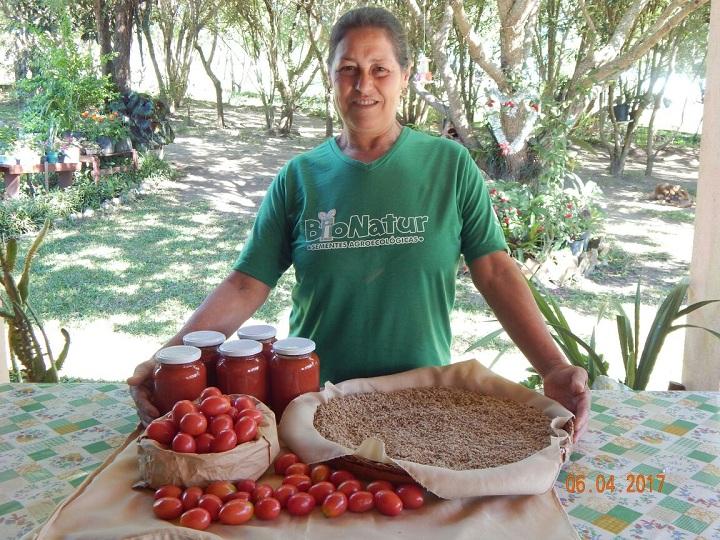 Dona Feliciana é guardiã da semente de tomate há 25 anos