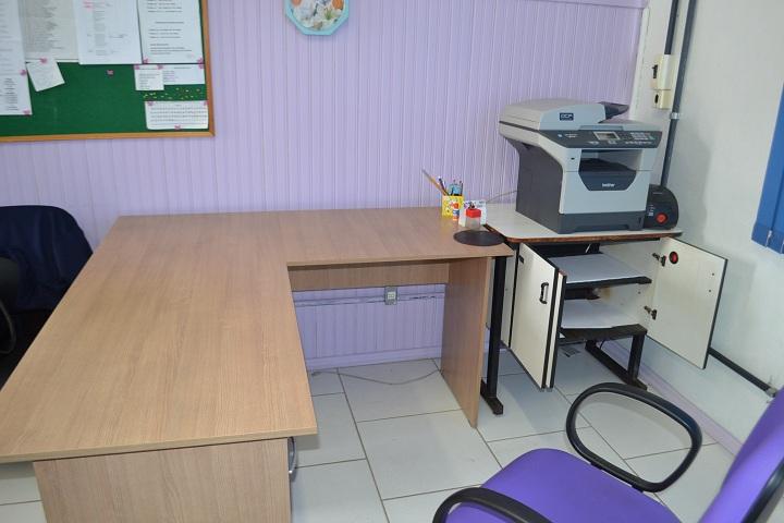Computadores completos foram furtados. Mesas ficaram vazias.