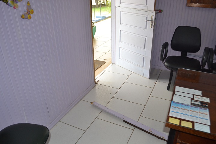 Marco das portas foram arrancados com o arrombamento