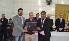 Prefeito Adriano dos Santos e presidente da Câmara Guilherme Barão  fizeram a entrega de uma placa ao homenageado Vagner Pinto