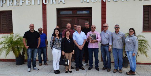 Prefeito de Hulha Negra recebeu o plano junto com a equipe na Prefeitura