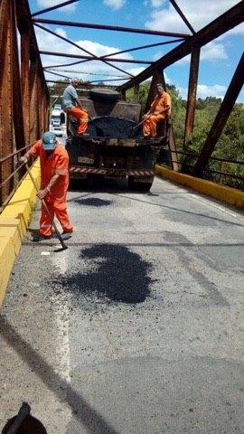 Ponte atual está em condições ruins e o tráfego  ocorre em apenas uma via, o que faz com que os  veículos precisem esperar os outros passarem  para cruzarem pela ponte