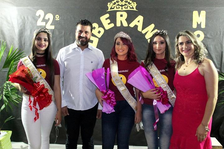 Prefeito Adriano dos Santos e primeira-dama Adriana Langort  com a soberanas da 22ª edição do Canto Moleque