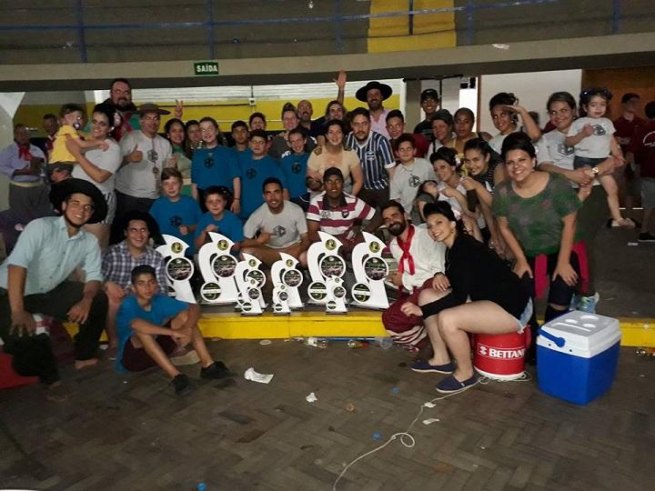 Grupo Herdeiros do Chirivino ganhou seis troféus representando a escola e o município