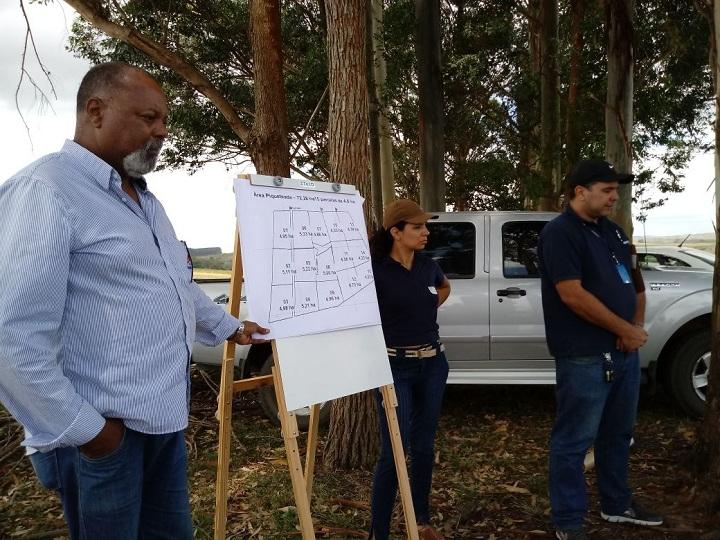 Extensionista rural Humberto Alves (E) explica a importância da atividade