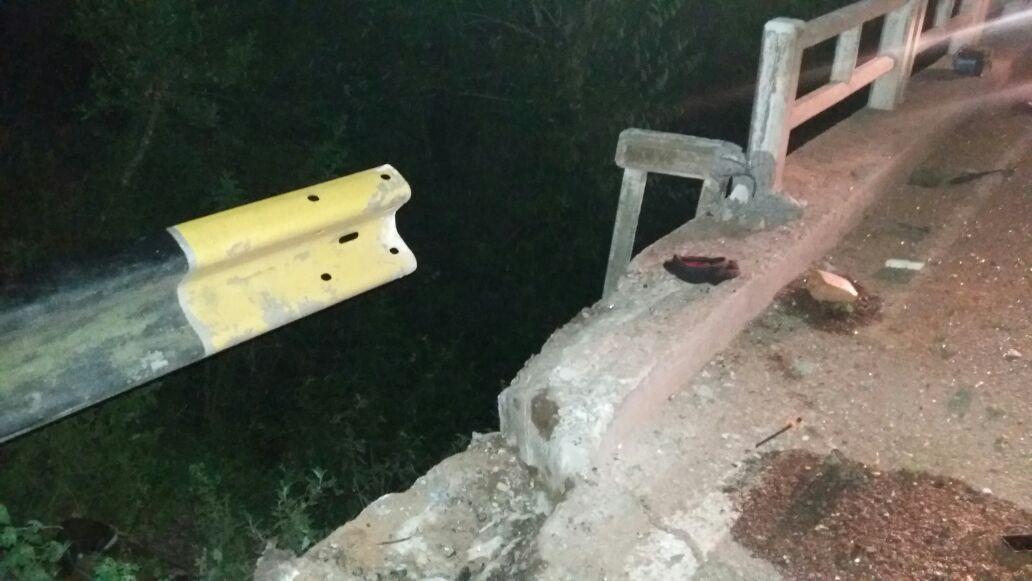 Veículo bateu na cabeceira de uma ponte