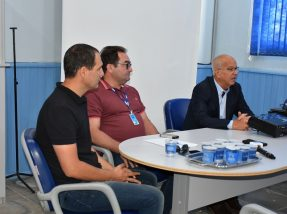Diretor Volmir Silveira (D) e assessores do Daeb deram explicações