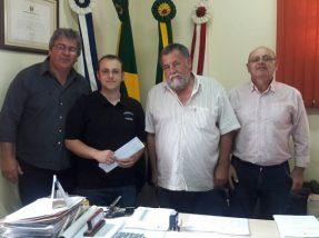 Prefeito Renato Machado (D) e vice Igor canto (E) reuniram-se com  o engenheiro e o responsável pela empresa recentemente