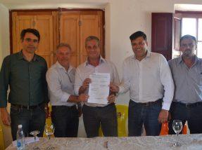 Chefe da Casa Civil, Fábio Branco (E) e prefeito  Bebeto Perdomo (C) assinaram o documento do projeto