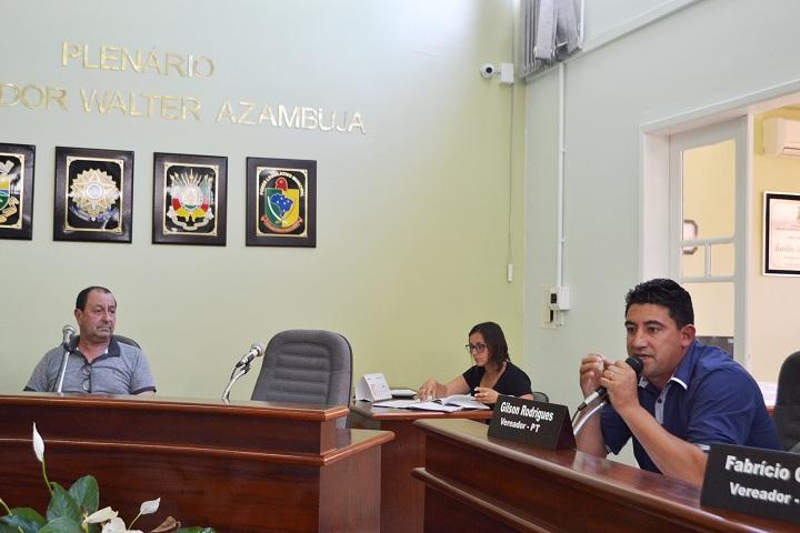 Vereador Gilson Rodrigues (D) convocou o secretário Luiz Mário (E)