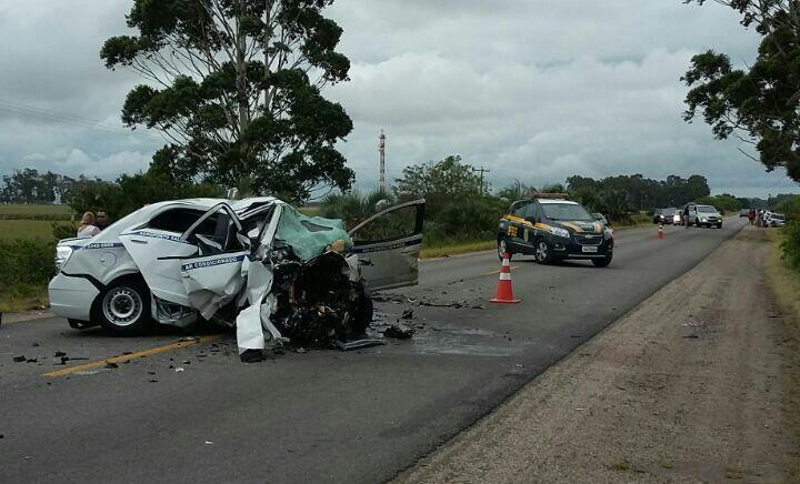 Em colisão frontal, carros ficaram destruídos