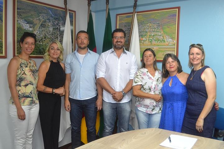 Alex e Ana Jovelina, ao lado do prefeito Adriano.  Secretária Giselma e integrantes das direções acompanharam os novos diretores