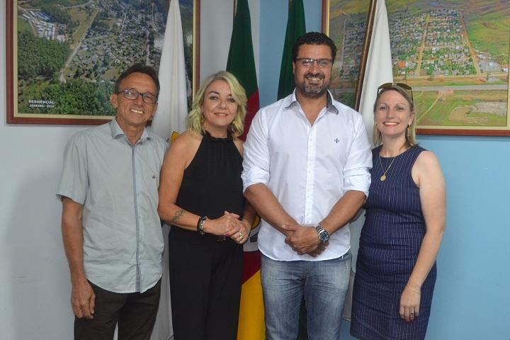 Prefeito Adriano e secretária Giselma agradeceram o  trabalho dos antigos diretores, Valmir (E) e Lia (D)