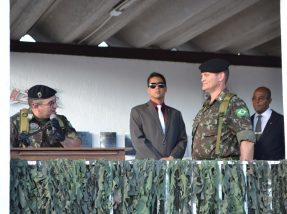 Coronel Rafael (E) agradeceu o tempo a frente do 3º RC Mec e saudou o novo comandante, o tenente-coronel Badaraco (D)