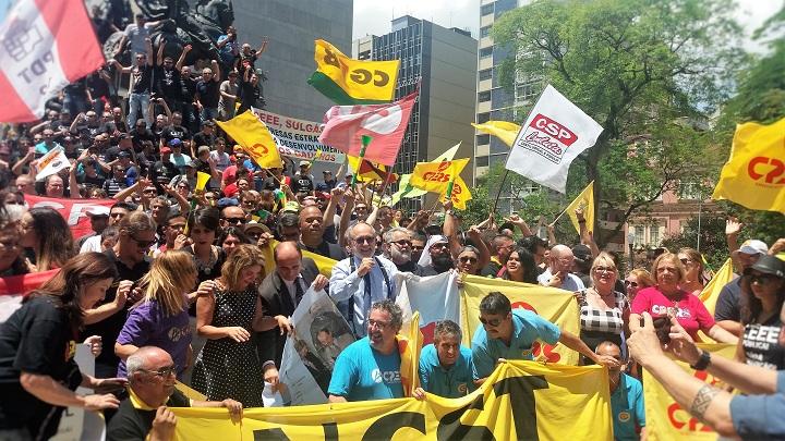 Manifestantes e deputados de oposição comemoraram em frente a AL